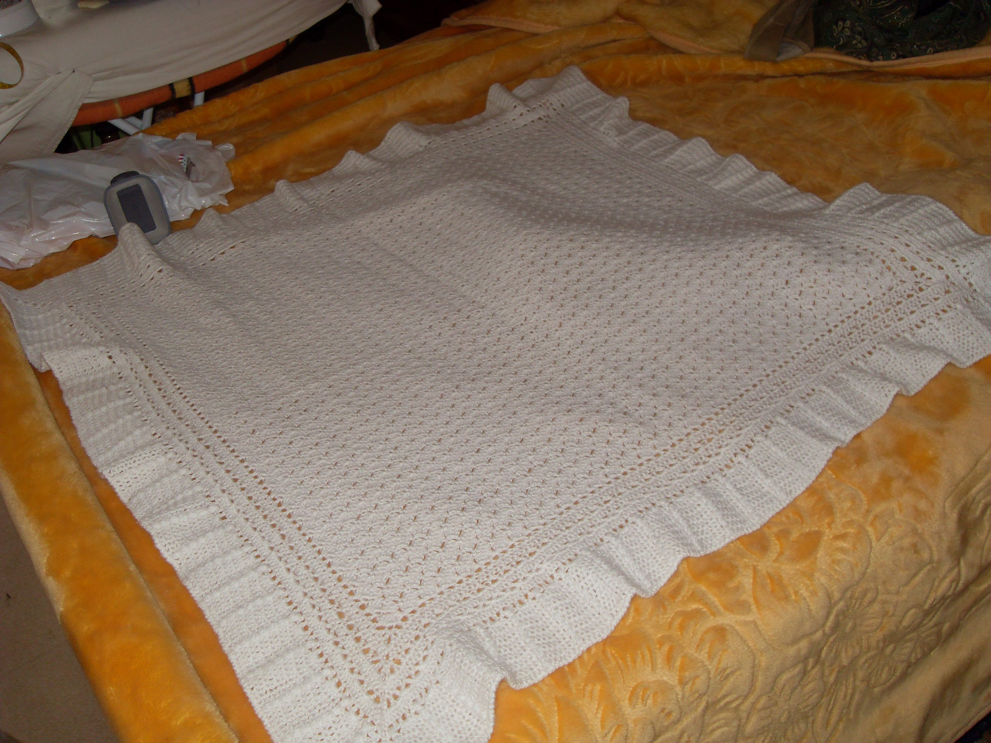 couverture au crochet pour nouveau n. Black Bedroom Furniture Sets. Home Design Ideas